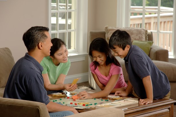 Source: https://upload.wikimedia.org/wikipedia/commons/2/23/Family_playing_a_board_game_(2).jpg